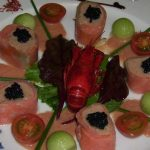 Kroonjuweel van Noorse en gerookte zalm - mesclunsalade met meloenknikkers en kerstomaatjes -tomatenbalsamicokruidenvinaigrette